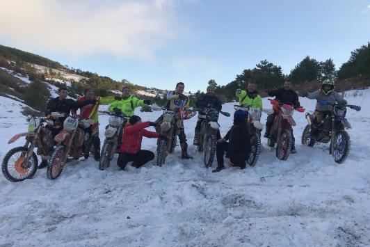 Kütahyada enduro motosiklet tutkunları karlı zeminde sürüş yaptı