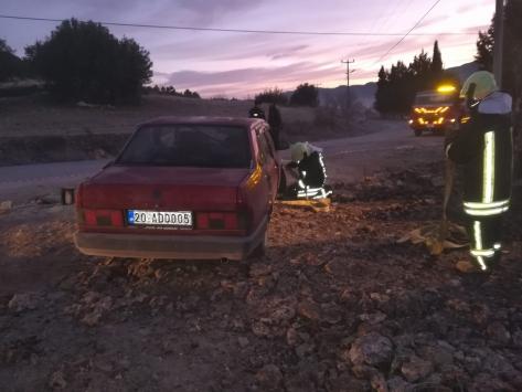 Denizlide otomobil kum yığınına çarparak devrildi: 1 ölü, 1 yaralı