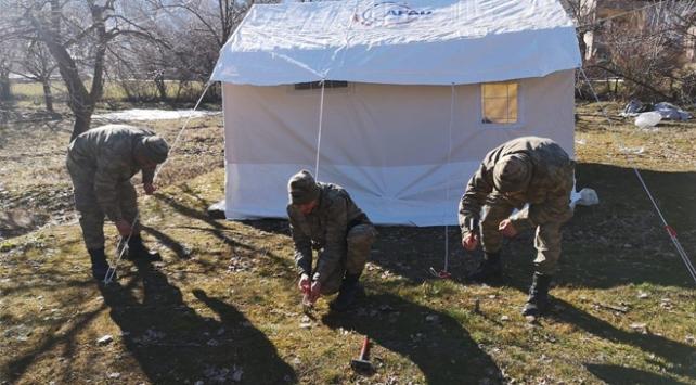 Mehmetçik çadır kurma faaliyetlerine devam ediyor