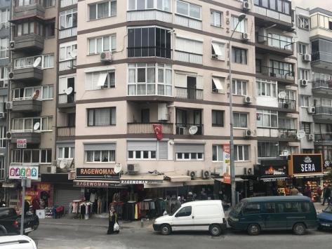İzmirde 4. kattaki evinin balkonundan düşen kişi öldü