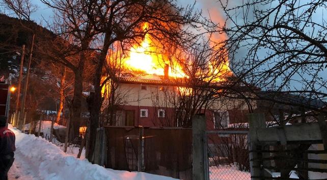 Boluda iki katlı ahşap ev yandı