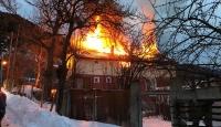 Bolu'da iki katlı ahşap ev yandı