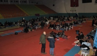 Depremzedeler geceyi spor salonunda geçiriyor