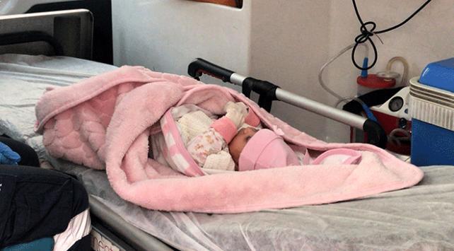 Adanada 40 günlük bebek bir evin önüne bırakıldı
