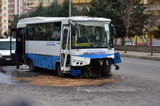 Gaziantepte midibüs ile otomobil çapıştı: 1 ölü, 7 yaralı