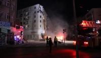 Elazığ'da depremde hasar gören 5 katlı bina kontrollü yıkılıyor