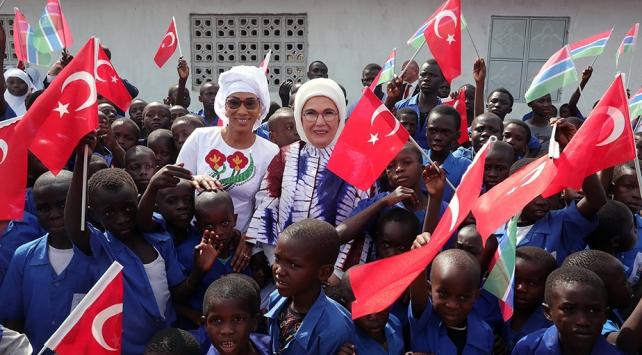Emine Erdoğan, Gambiyada TİKAnın yaptığı okul ve caminin açılışını gerçekleştirdi