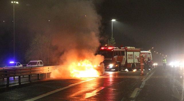 FSM Köprüsünde yanan otomobilden son anda indiler