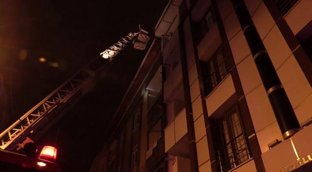 İstanbulda 4 katlı binada yangın: 10 kişi mahsur kaldı