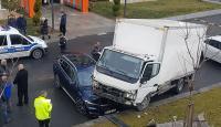 Kaza yapan kamyonet otoparktaki aracın üstüne düştü