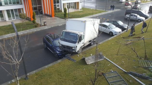 Avcılarda yoldan çıkan kamyonet otomobilin üzerine düştü