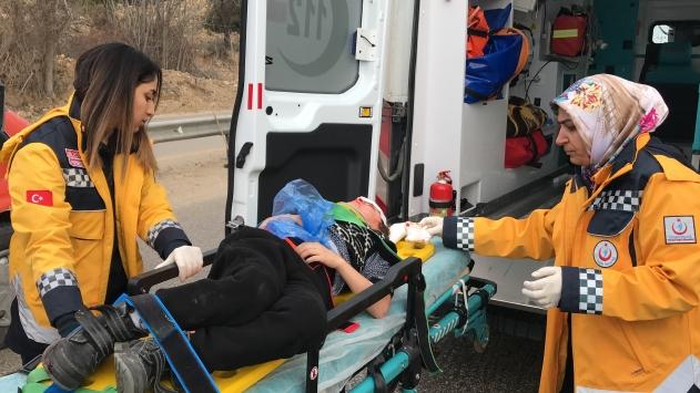 Bilecikte kamyonet refüje çarptı: 2 yaralı