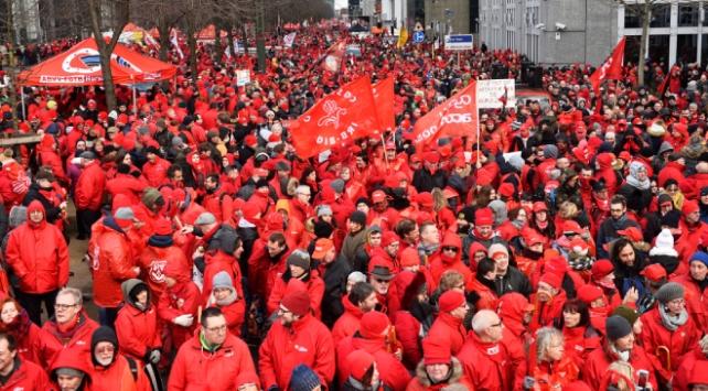 Belçikanın başkentinde binlerce kişi, sosyal haklarının temini için toplandı