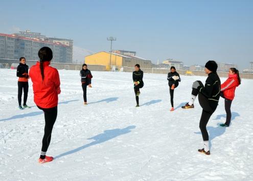 Muşlu atletler dondurucu soğukta şampiyonaya hazırlanıyor