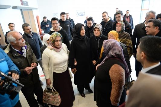 """""""Diyarbakır anneleri"""" depremzedeleri ziyaret edip ördükleri atkı, bere ve eldivenleri verdi"""