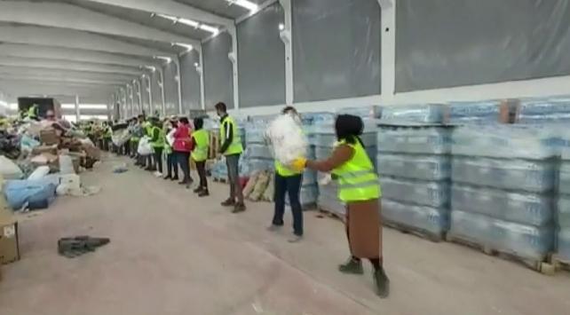 """Deprem bölgesine gelen gönüllülerden yardım """"zinciri"""""""