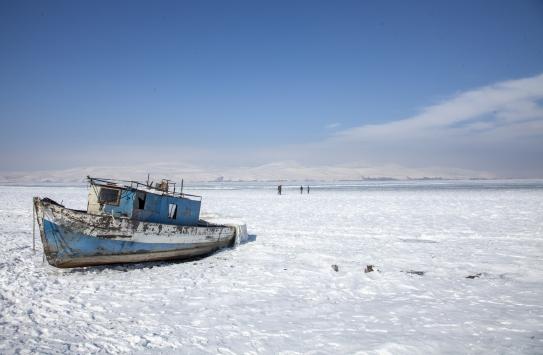 Bitlisteki Nazik Gölünün yüzeyi buzla kaplandı