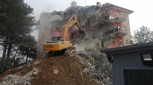 Hasar gören Sivrice İlçe Emniyet Müdürlüğü binası yıkılıyor