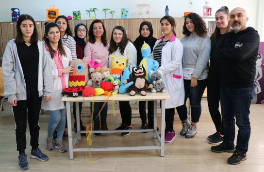 İzmirli öğrenciler tatili yarıda kesip depremzede çocuklara oyuncak yaptı