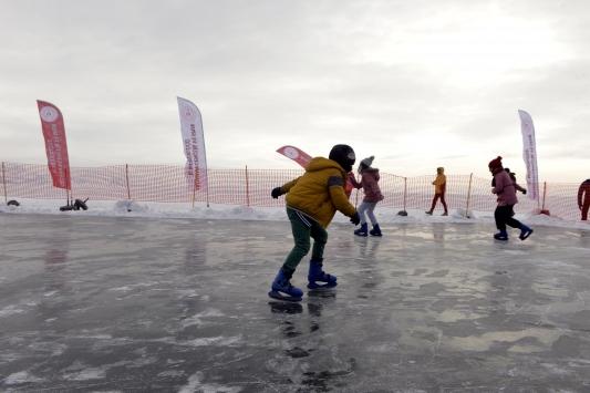 Donan Çıldır Gölünde buz pateni keyfi