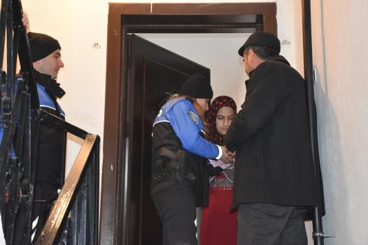 Hakkari polisi, kapı kapı dolaşıp vatandaşa KADESi anlattı