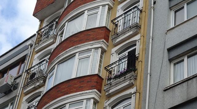 Şişlide 4. kattan düşen çocuk panik yarattı