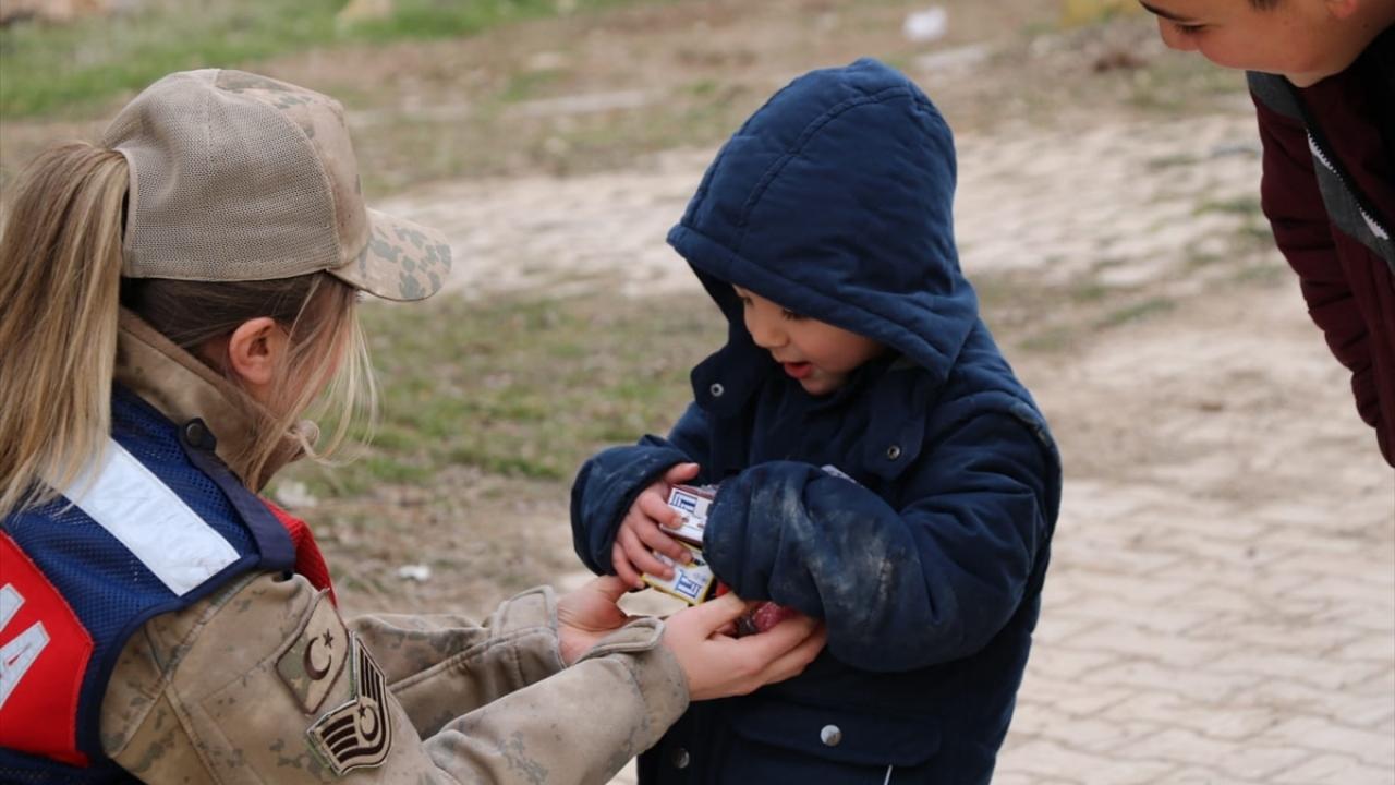 Jandarma depremzedelerin 'kara gün dostu' oldu