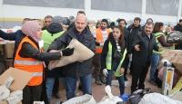 Bakan Soylu ve Koca depremzedeler için yardımların paketlenmesine yardım etti