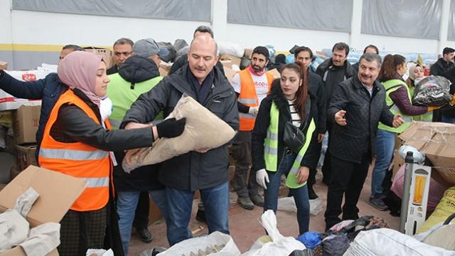 Bakanlar depremzedeler için yardımların paketlenmesine yardım etti