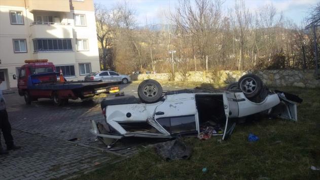 Sitenin bahçesine düşen otomobilin sürücüsü yaralandı