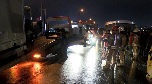 İstanbulda kamyonetle minibüs kafa kafaya çarpıştı: 4 yaralı
