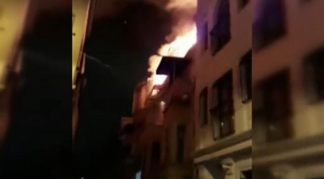 Beyoğlunda 4 katlı metruk binada yangın