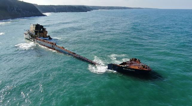 13 ay önce karaya oturan gemi Karadenizin hırçın dalgalarına teslim oldu