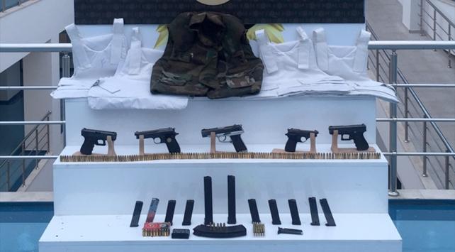 Adanada bir evden 5 çelik yelek ve tabanca çıktı: 10 gözaltı