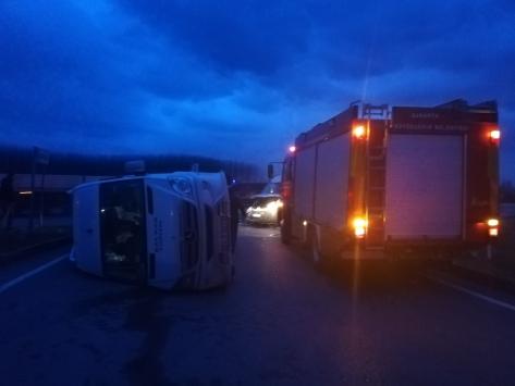 Akyazıda servis minibüslerinin çarpışması sonucu 2 kişi yaralandı