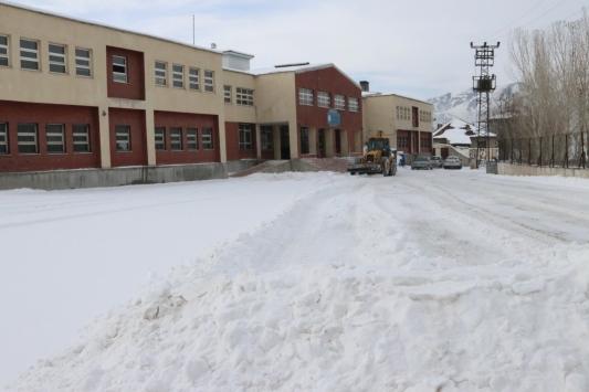 Özalpta okulların bahçesi kardan temizleniyor