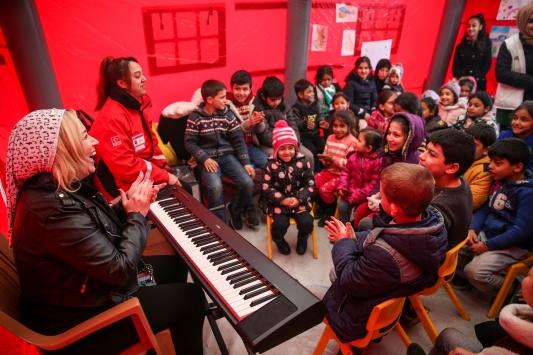 Piyano öğretmeni, depremden etkilenen çocuklara moral oldu