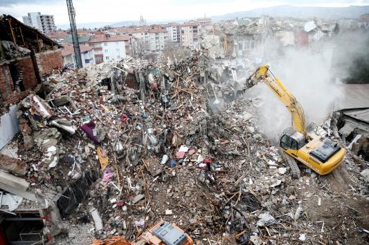 Elazığdaki depremde hasar gören binaların yıkımı devam ediyor