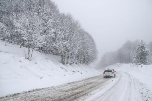 Kütahyada kar yağışı ve sis ulaşımı olumsuz etkiliyor