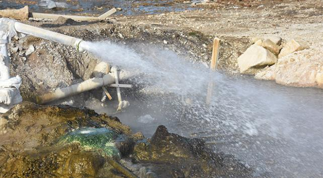 Topraktan fışkıran kaplıca suyu mahallelinin ilgi odağı oldu
