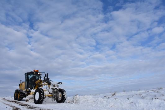 Karsta karla mücadele ekipleri, köy yollarında zorlu kış mesaisinde