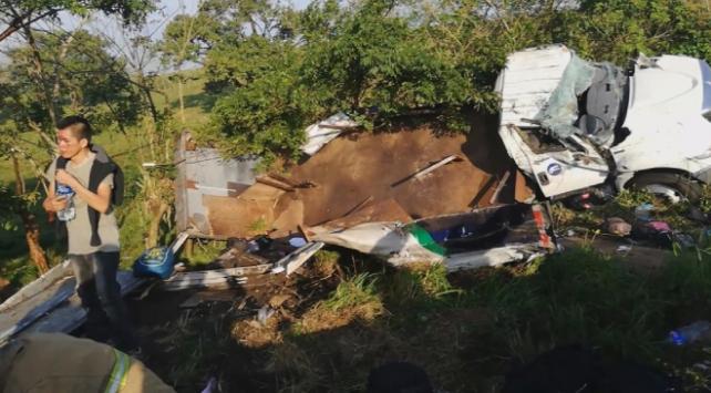 Meksikada göçmen taşıyan kamyon şarampole yuvarlandı
