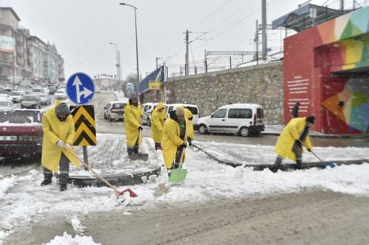 Mamak ilçesinde karla mücadele çalışmaları