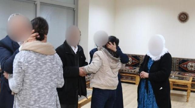 İkna edilerek teslim olan 2 terörist aileleriyle buluşturuldu