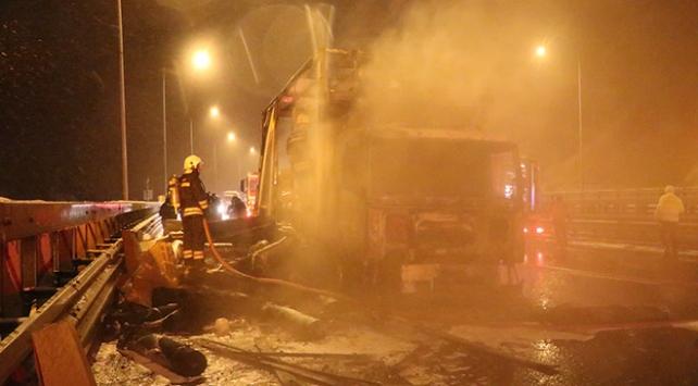 Anadolu Otoyolunda kamyon yandı: Ulaşım durdu