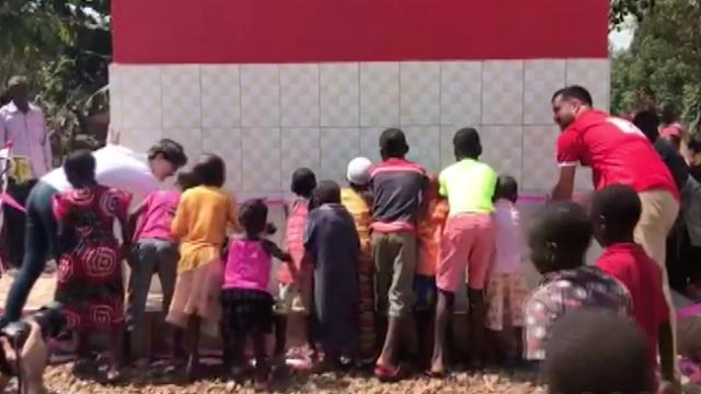 Bebeğini susuzluktan kaybetti Uganda'ya su kuyusu açtı