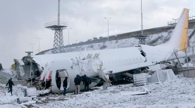Pistten çıkan uçağın enkazı kaldırılıyor