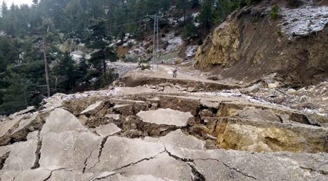 Fekede yol çöktü 1 ev yıkıldı