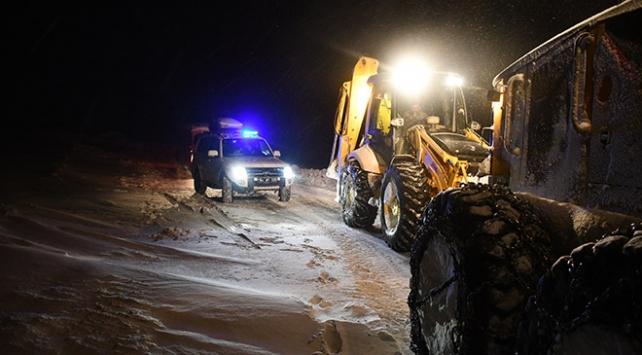 Kapanan yollarda mahsur kalanların imdadına ekipler yetişti