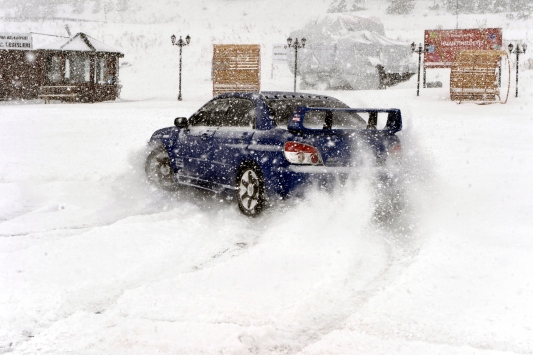 Ardahanda yoğun kar altında drift yaptılar